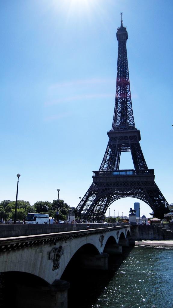Eiffel tower ni kat tepi Sg.Seine. Sg Seine ni panjang. Terdapat 37 buah jambatan di sungai ni.